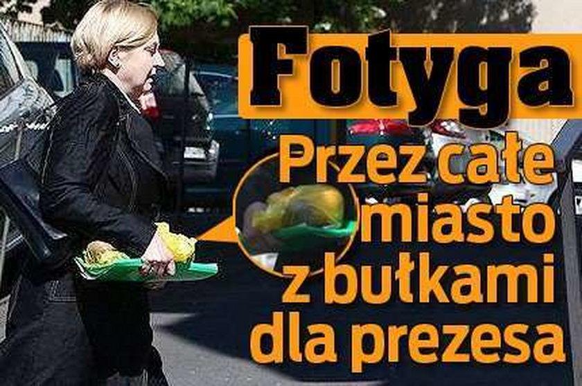 Anna Fotyga. Przez całe miasto z bułkami do prezesa