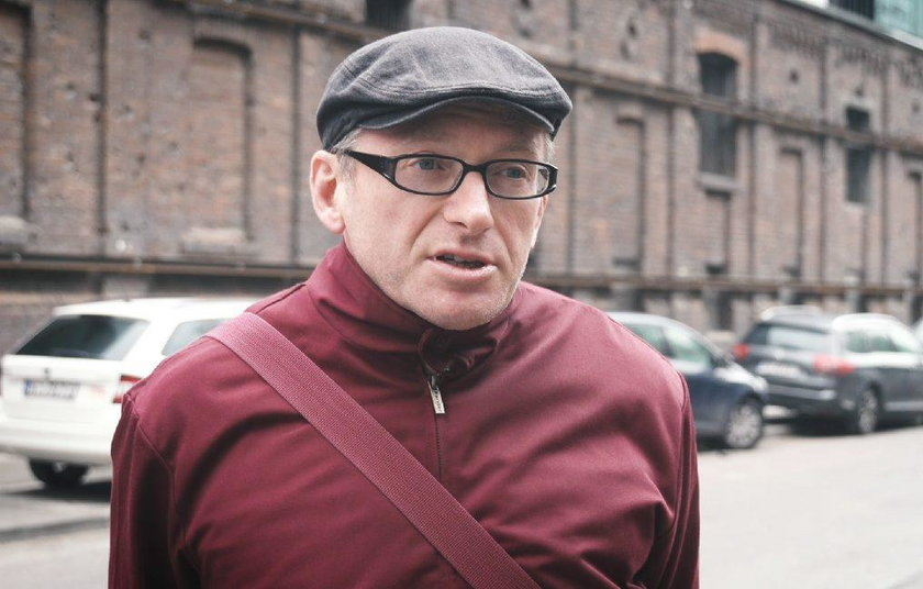 Piotr Wierzbicki przed ruinami browaru Junga na Waliców 11 w Warszawie