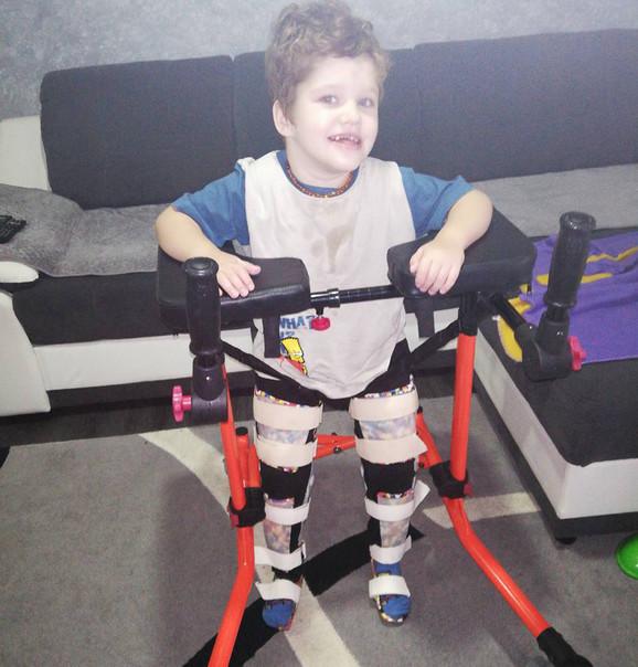 Mali Danin pati od Mcdermid sindroma, retke genetske bolesti
