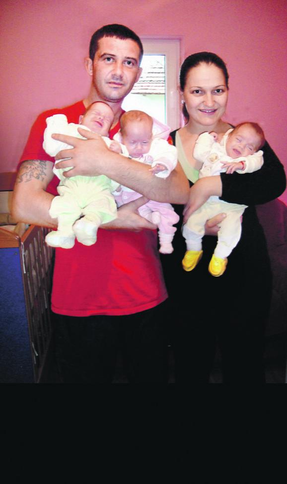 Marija i Miroslav Petrović sa svojim beba-trojkama pre 3,5 godine