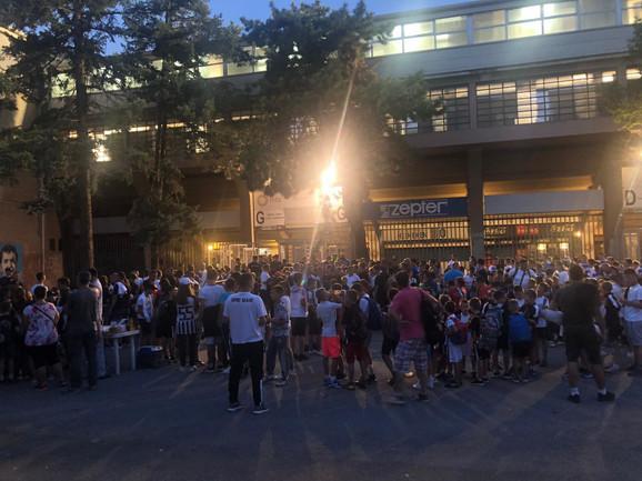 Deca se okupljaju ispred stadiona