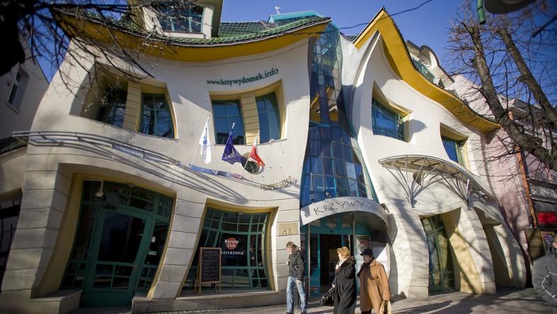 Dziwny, czy cudaczny - to w nowoczesnej architekturze może znaczyć właściwie wszystko. Budynki powstałe w nieskrępowanej fantazji architektów, mogą być intrygujące, albo brzydkie, zachwycać lub wprawiać w zakłopotanie, ale z pewnością zwracają uwagę
