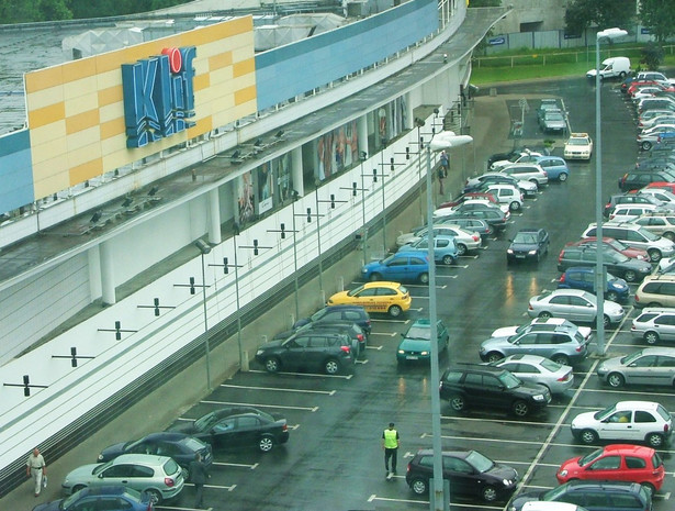 W tej chwili kierowca, który nie jest inwalidą, a parkuje na miejscu przeznaczonym dla niepełnosprawnych, może zapłacić mandat w wysokości 100 zł.