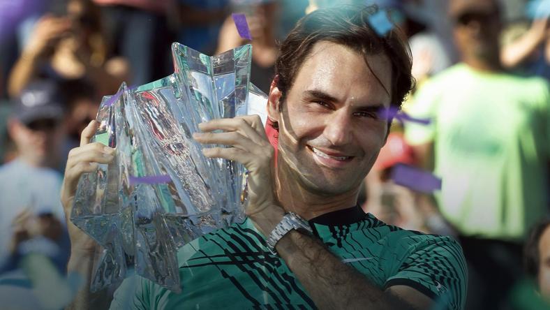 Federer triumfuje, wyrównał rekord Djokovicia i pobił Agassiego