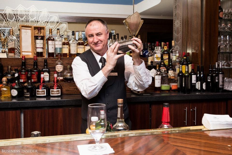 Sonny Koltovski pracuje za barem w lobby od 35 lat. Obsługiwał wielu znanych gości, w tym Rogera Moore'a, Angelinę Jolie i Brada Pitta.