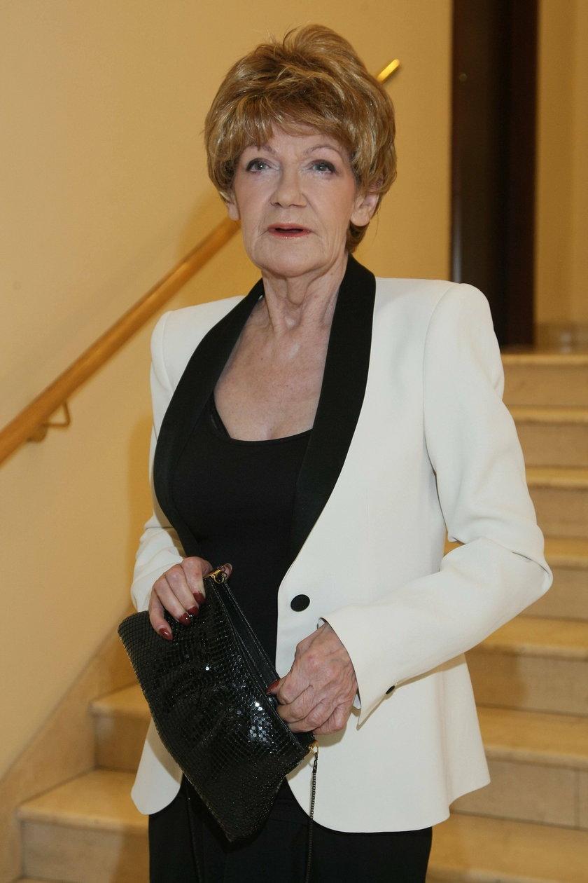 Maria Czubaszek w białym żakiecie