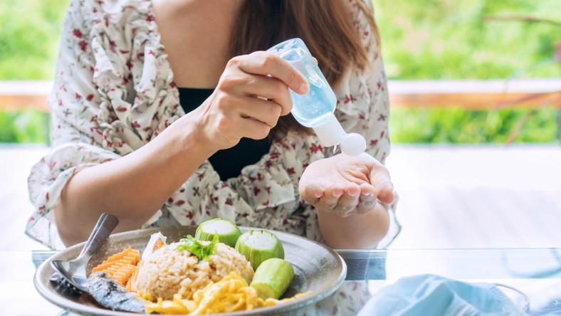Dezynfekcja rąk przed jedzeniem