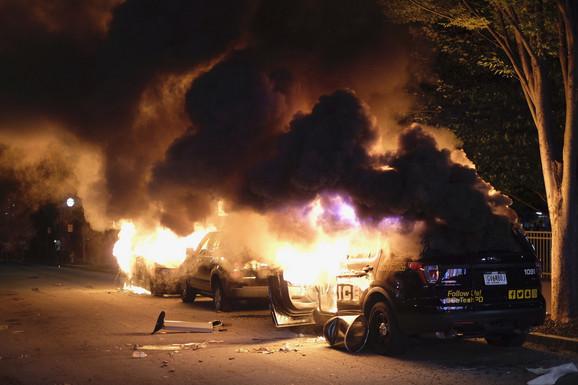 U nekoliko navrata protesti u Atlanti izmakli su kontroli i postajali nasilni i haotični, a CNN je izvestio da je nedaleko od glavnog kompleksa ove informativne mreže izbio veliki požar u kome su gorela i policijska vozila.