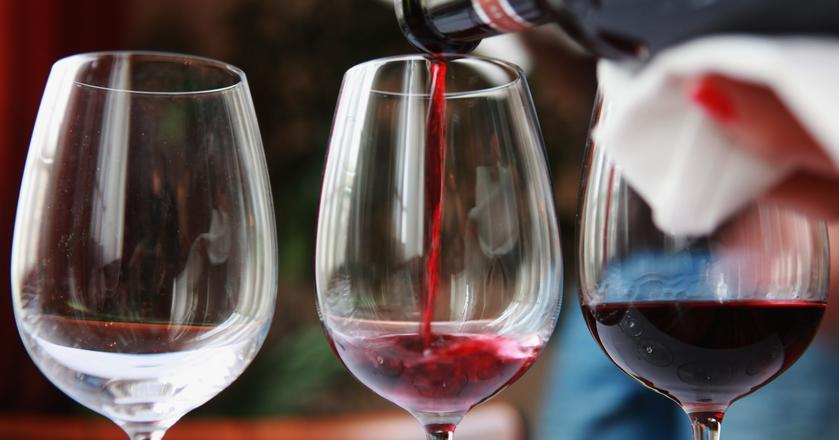 Jesteś amatorem w towarzystwie znawców? Odpowiadamy na 10 pytań na temat wina