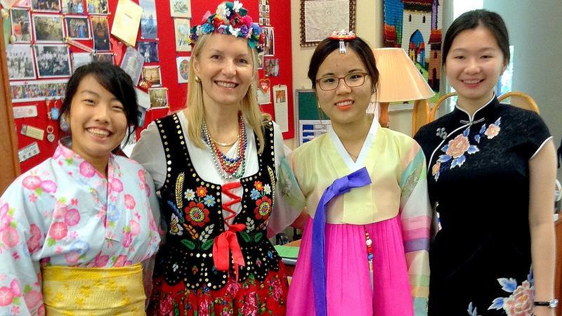 Beata Mirecka-Jakubowska z uczennicami z Japonii, Korei Południowej i Chin w dniu międzynarodowym