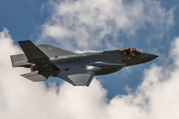 F-35 jest określany jako samolot piątej generacji ze względu na wielozadaniowość, obniżoną wykrywalność przez radary - dzięki specjalnemu kształtowi kadłuba, mieszczącego zamknięte komory na uzbrojenie, skrzydeł i usterzenia oraz rozbudowane zdolności do odbierania i dostarczania informacji innym systemom uzbrojenia.