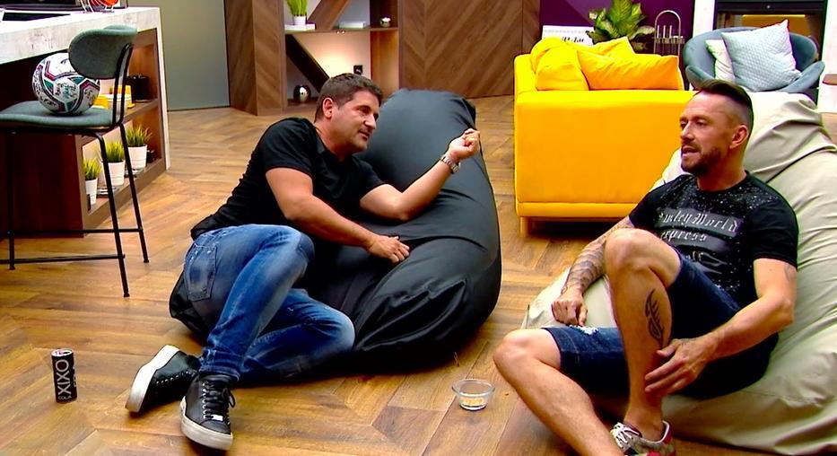 Hajdú Péter (balra) a Life TV péntek esti műsorában faggatja Kabátot