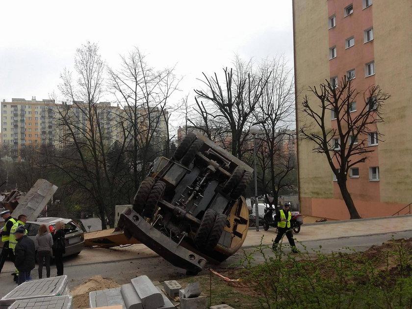 Wielka koparka upadła na samochód (ZDJĘCIA)