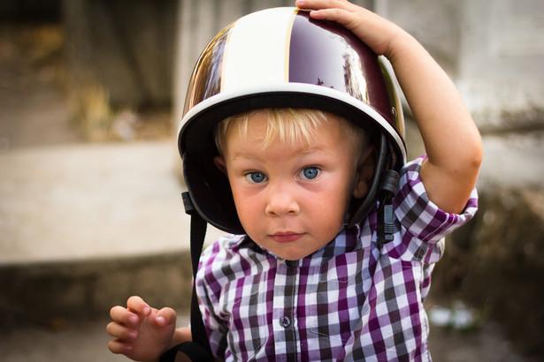 Przewożąc dzieci, które ukończyły 7 lat, kierowca motocykla nie musi stosować się do ograniczeń prędkości, chyba że porusza się w strefie zamieszkania, w której ograniczenie jest stałe i wynosi zawsze 20 km/h.
