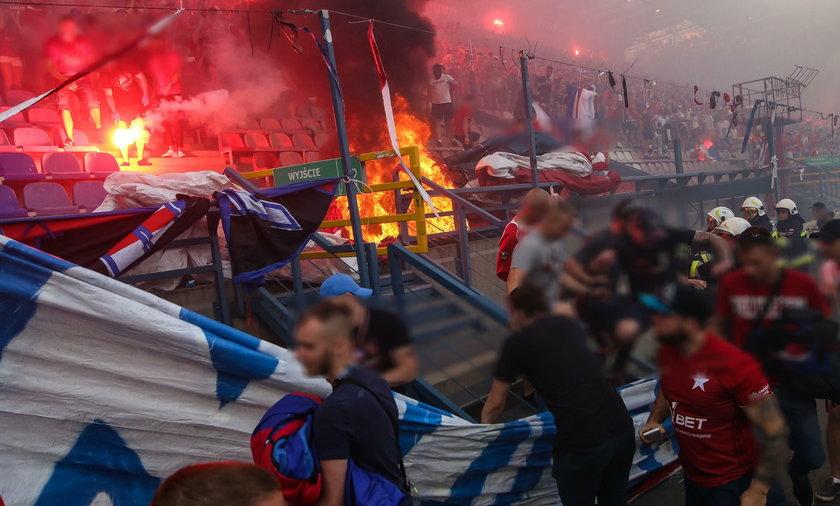 Co za głupota! Krakowscy chuligani podpalili stadion Wisły