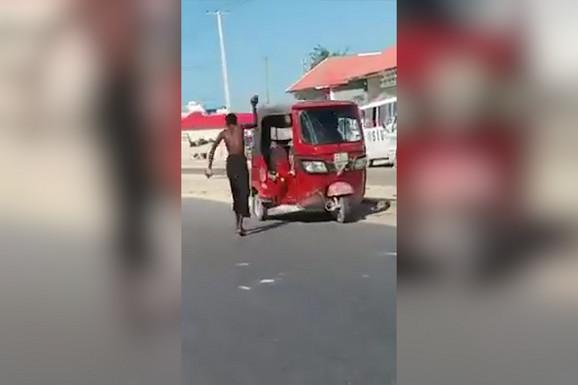 MAGIJA? Ćovek je JEDNIM POTEZOM prevrnuo vozilo, a da ga nije ni dotakao (VIDEO)