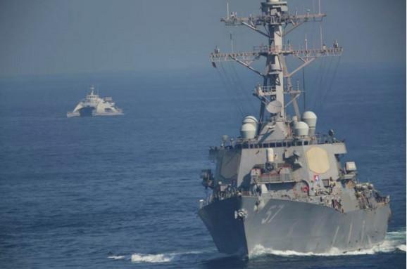 Američki brod USS Mičer koga prate iranski patrolni čamci