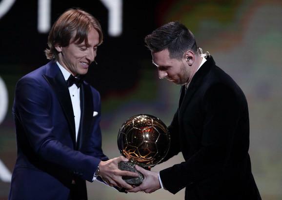 Luka Modrić predaje Zlatnu loptu Lionelu Mesiju