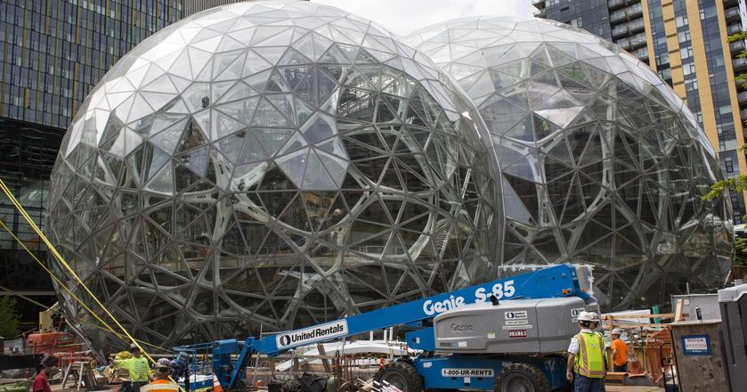 Obecna siedziba Amazona mieści się w Seattle. Na terenie kompleksu powstają właśnie ogromne, szklane kopuły