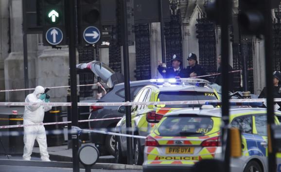 Londonska policija ispred zgrade Parlamenta gde se desio napad
