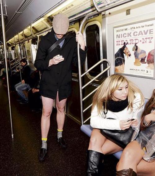 Nadrág nélkül a metrón Blikk