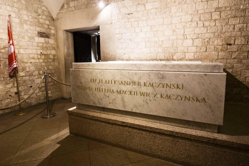 Jarosław Kaczyński odwiedził grób pary prezydenckiej na Wawelu