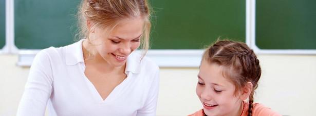 Nauczyciele Nauczyciele mają prawo do urlopu w okresie ferii szkolnych - letnich i zimowych. Jeżeli nauczyciel pracuje w szkole, w której nie przewidziano ferii szkolnych, przysługuje mu prawo do urlopu wypoczynkowego w wymiarze 35 dni roboczych w czasie ustalonym w planie urlopów.