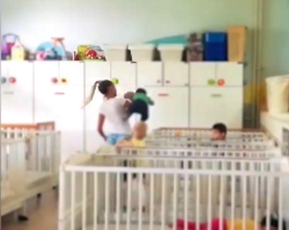 Vaspitačica koja neadekvatno nosi dete