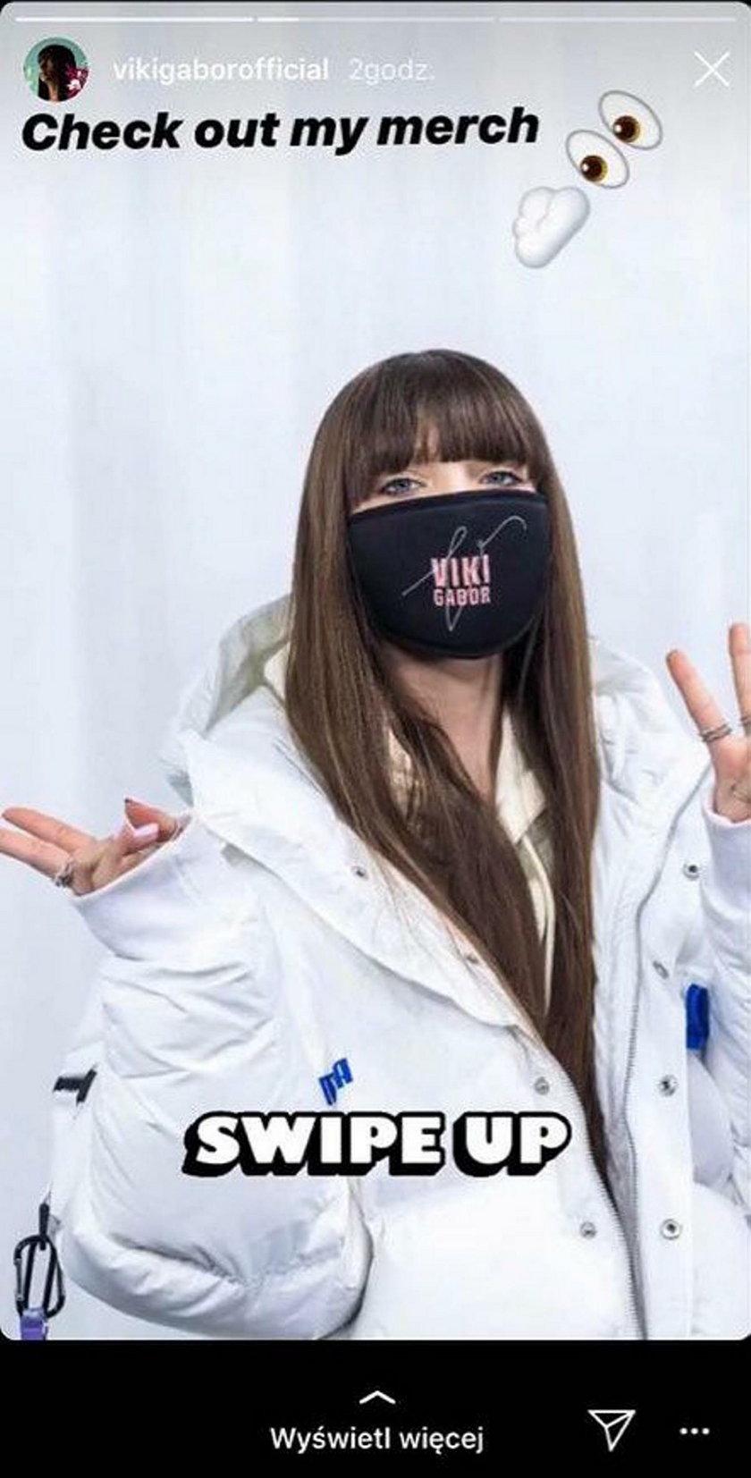 Viki Gabor w maseczce ze swoim logo