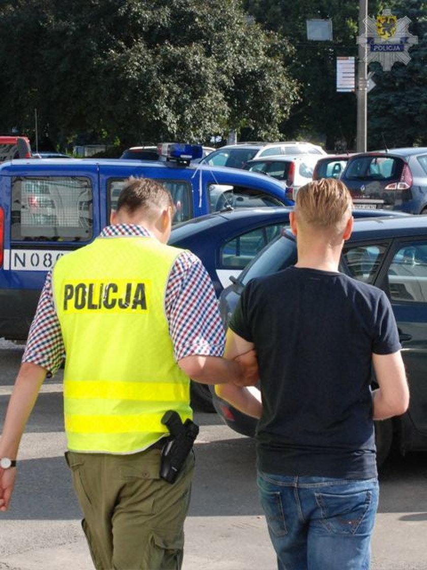 Policjanci zatrzymują 41-letniego dyrektora-oszusta