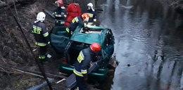 Auto wpadło do wody, w środku były cztery osoby