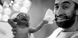 Zdjęcie dnia. Urodził się i od razu ściągnął maskę lekarzowi