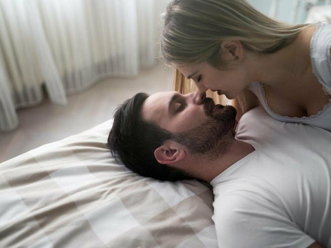 Ugasio je svetlo u sobi ali ipak sam videla da će taj seks BITI POTPUNO DRUGAČIJI: Kad se skinuo, SUZE SU MI NAVRLE i evo ŠTA sam uradila