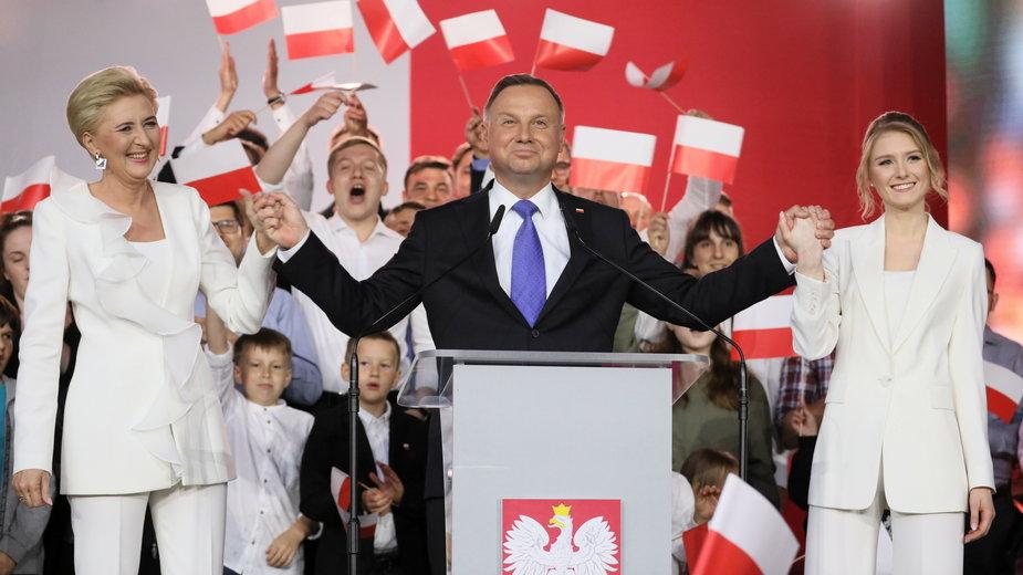 Andrzej Duda po ogłoszeniu wyników exit poll z żoną i córką