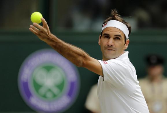 Rodžer Federer tokom polufinalne borbe na Vimbldonu protiv Rafaela Nadala