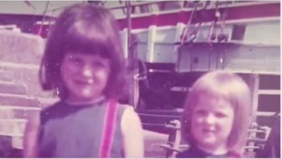 Melani i Kara kao deca. Odrasle su u uverenju da su od različitih očeva