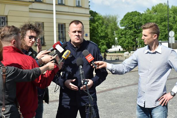 Rzecznik Komendy Stołecznej Policji, asp. szt. Mariusz Mrozek przed siedzibą KSP.