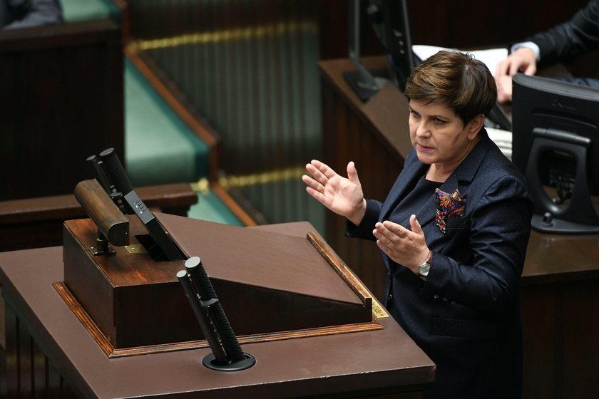 Premier Szydło dostała od posłów PiS owacje na stojąco