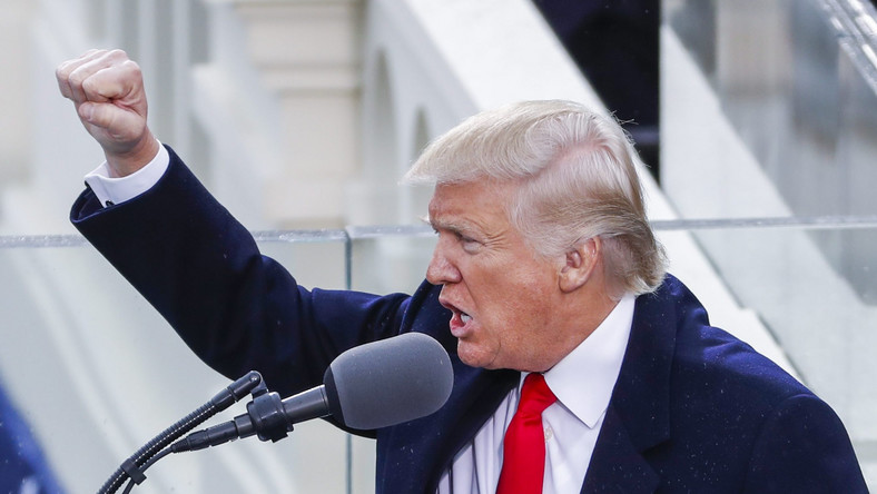 """""""Będziemy wzmacniać nasze stare sojusze i tworzyć nowe. A także zjednoczymy cywilizowany świat przeciwko radykalnemu islamskiemu terroryzmowi, który wykorzenimy całkowicie z powierzchni ziemi"""" - oświadczył nowy prezydent USA, co publiczność nagrodziła brawami."""