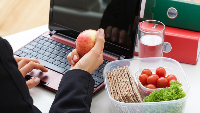 Optymalnym rozwiązaniem byłoby spożywanie obiadu w zwyczajowej porze, czyli między godz. 12 a 15. Jednak wielu z nas nie może sobie na to pozwolić. Charakter pracy, ciągły pośpiech i wiele spotkań biznesowych albo brak odpowiedniego lokalu w siedzibie firmy czy jej okolicach sprawia, że sięgamy po drobniejsze posiłki. O ile są to kanapki, nie ma w tym niczego złego. Gorzej, jeśli żywimy się słodyczami albo innymi tłustymi i kalorycznymi zapychaczami. Jeśli nie lubimy kanapek, a do tego podjadamy w pracy, zadbajmy chociaż o to, by były to jakościowe przegryzki. Jakie przekąski sprawdzą się w godzinach pracy? Jest wiele opcji. Na pewno każdy znajdzie coś dla siebie i będzie w łatwy sposób w stanie urozmaicić sobie te drobne przekąski.