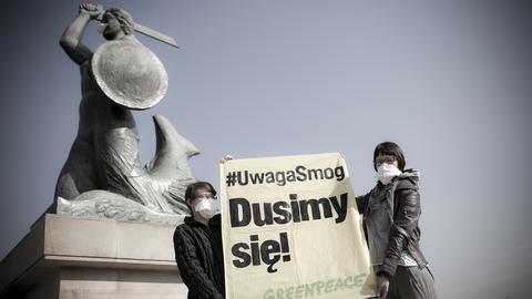 KE może wystąpić do polskiego rządu o wyjaśnienie, jakie działania podjęto, by poprawić jakość powietrza w Polsce. Może też wystąpić z pozwem do Europejskiego Trybunału Sprawiedliwości