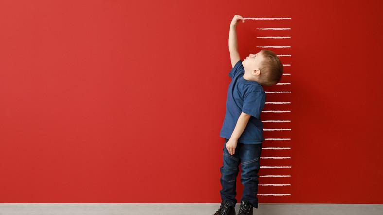 Dziecko mierzy wzrost