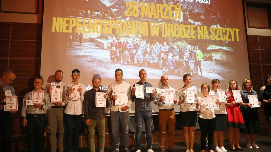 """Uczestnicy projektu """"28 marzeń - niepełnosprawni w drodze na szczyt""""""""zdobyli 28 szczytów zaliczanych do Korony Gór Polski"""