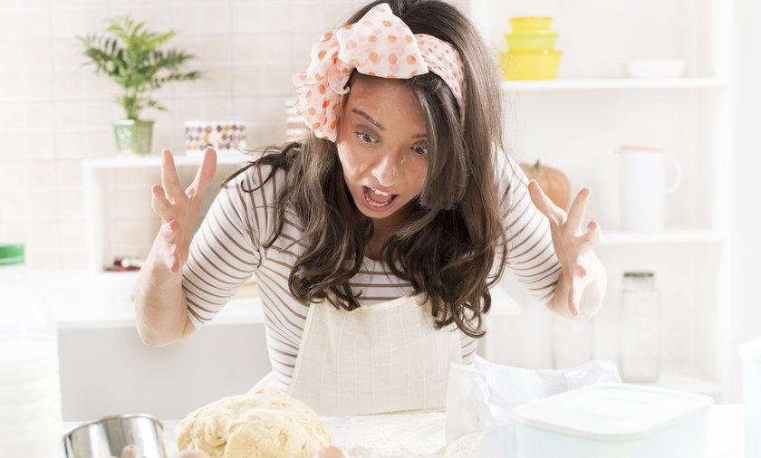 Kobieta w kuchni podczas gotowania