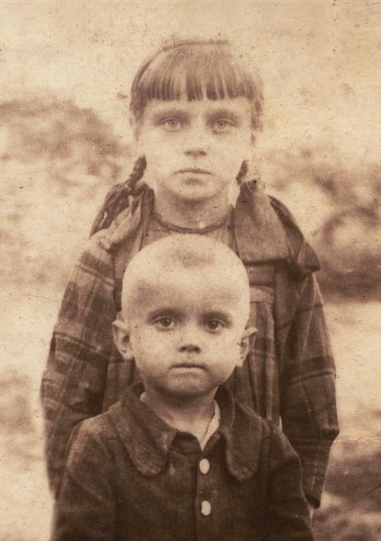 Terenia Ferenc i jej brat Jaś. Zdjęcie zrobione dwa miesiące po pacyfikacji Soch