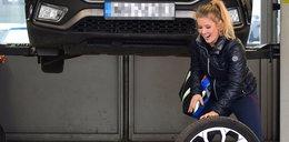 Anna Powierza pomaga mechanikom zmieniać gumy