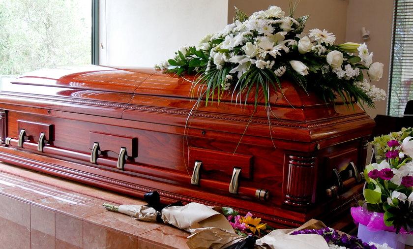 Pogrzeb nie mógł się odbyć, bo grabarz nie przygotował grobu. Zdjęcie ilustracyjne