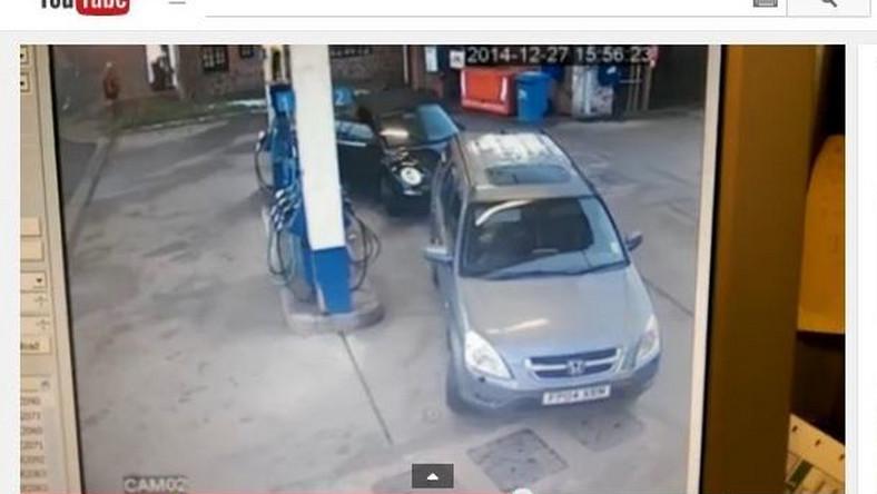 kobieta na stacji benzynowej