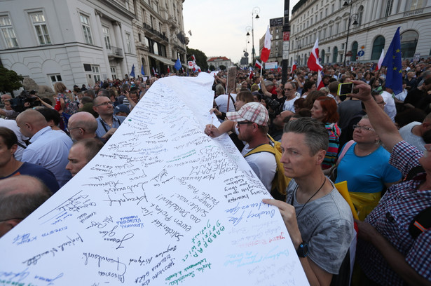 Uczestnicy protestu pod hasłem 3 razy weto podpisują się pod petycją do prezydenta Andrzeja Dudy przed Pałacem Prezydenckim w Warszawie.