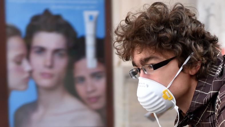 Szkodliwe substancje, pyły i związki chemiczne trafiają do płuc, kumulują się w układzie oddechowym, krążenia i w całym organizmie - mówi doktor Piotr Dąbrowiecki z Wojskowego Instytutu Medycznego. Konsekwencją jest rozwój alergii, astmy czy chorób nowotworowych. Pulmonolog doktor Małgorzata Czajkowska-Malinowska uważa, że ścieżki rowerowe w pobliżu arterii komunikacyjnych są niefortunnym rozwiązaniem. Rowerzyści, którym wydaję się, że prowadzą zdrowy tryb życia, tak naprawdę wdychają szkodliwe substancje. Źródłem zanieczyszczenia powietrza są przede wszystkim przemysł i komunikacja samochodowa i domowe piece oraz kotłownie.